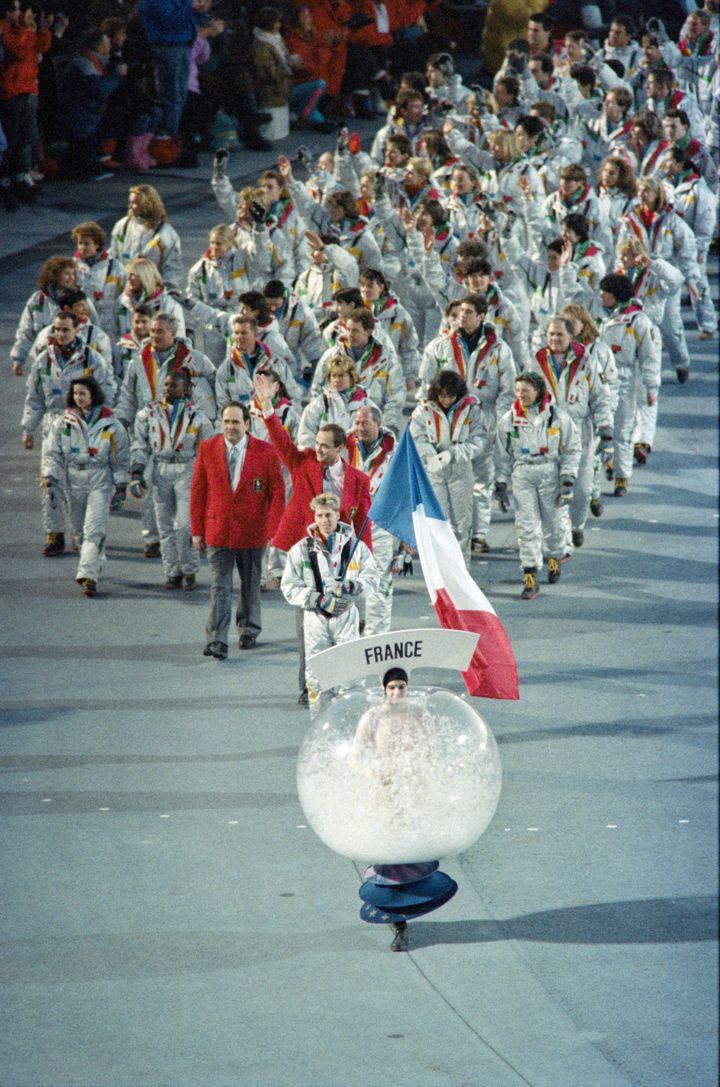 La délégation française aux Jeux d'Albertville, lors de la cérémonie d'ouverture, le 8 février 1992. (JUNJI KUROKAWA / AFP)