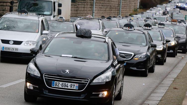 Des chauffeurs de taxi manifestent à proximité de Paris, le 13 janvier 2014. (FRANCOIS GUILLOT / AFP)