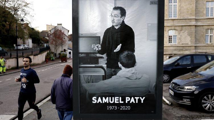 Une affiche à la mémoire de Samuel Paty, le 3 novembre 2020 à Conflans-Sainte-Honorine (Yvelines). (THOMAS COEX / AFP)