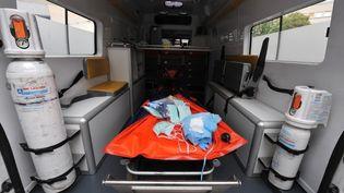 Face la crise du coronavirus, les soignants et notamment les ambulanciers sont dans une situation délicate. (LIONEL BONAVENTURE / AFP)
