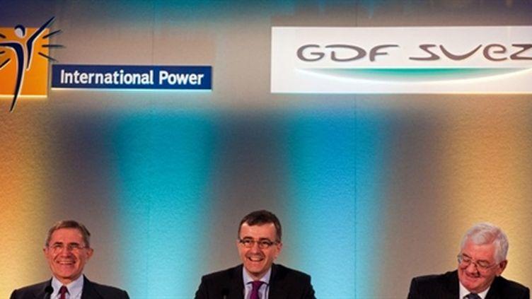 Les PDG de GDF Suez, Gérard Mestrallet (gauche) et d'International Power, Philip Cox (centre) à Londres le 10/08/10 (AFP Leon Neal)