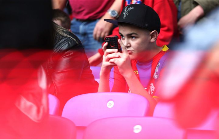 Un supporter de Crystal Palace tient son portable lors du match de son équipe face à Brighton & Hove Albion, le 14 août 2018. (MICHAEL ZEMANEK / BPI / SHU / SIPA / REX)