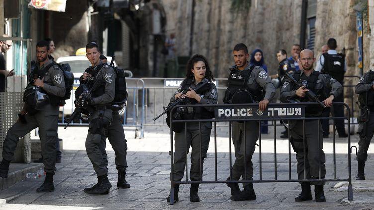Desforces de sécurité israéliennes bouclent l'entrée de la mosquéeAl-Aqsa à Jérusalem après l'assassinat de deux policiers, vendredi 14 juillet 2017. (AHMAD GHARABLI / AFP)