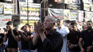Des Irakiens se recueillent sur les lieux de l'attentat qui a fait plus de 200 morts dimanche, à Bagdad, mercredi 6 juillet 2016. (ALI MOHAMMED / ANADOLU AGENCY / AFP)