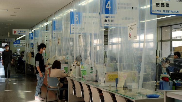La mairie de Fukaya (au nord de Tokyo) s'est adaptée à l'épidémie de coronavirus pour que le travail se poursuive, (illustration, le 15 avril 2020). (KAZUHIRO NOGI / AFP)