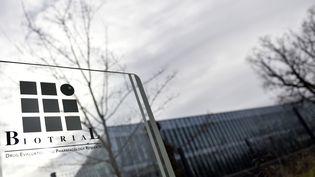 Le logo du laboratoire Biotrial, à Rennes, le 16 janvier 2016. (LOIC VENANCE / AFP)