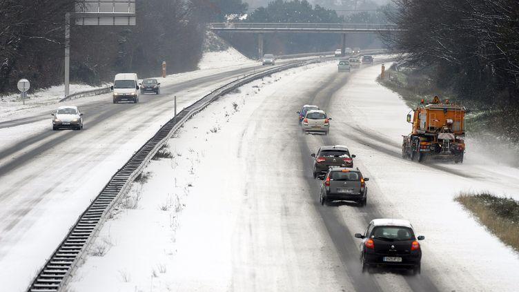 Les voitures roulent au ralenti sur le périphérique à Bordeaux, le 5 février 2012. (JEAN-PIERRE MULLER / AFP)
