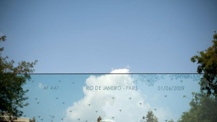 Une stèle funéraire en hommage aux victimes du crash du vol Rio-Paris, au cimétière du Père Lachaise, en 2010. (BERTRAND LANGLOIS / AFP)