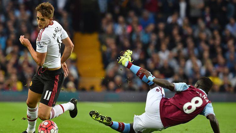 Le Belge Adrian Januzaj au duel face à Idrissa Gueye (BEN STANSALL / AFP)