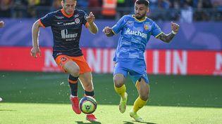 Nicolas Cozza (Montpellier) au duel avecJonathan Clauss (Lens), lors du match de Ligue 1, le 17 octobre 2021 à la Mosson. (PASCAL GUYOT / AFP)