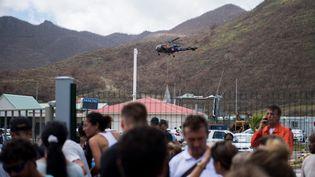 Un hélicoptère de l'armée dépose de la nourriture, à l'aéroport de Saint-Martin Grand Case, le 10 septembre 2017. (MARTIN BUREAU / AFP)