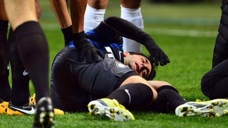 Diego Milito à terre après s'être blessé au genou contre  le CFR Cluj (GIUSEPPE CACACE / AFP)