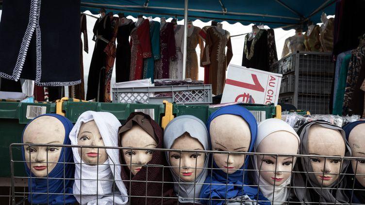 Des foulards en vente sur le marché de trappes (Yvelyne). (MAXPPP)