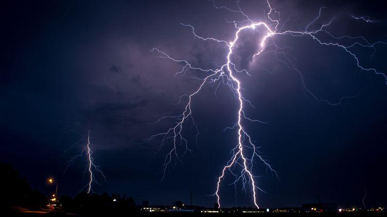 Une alerte aux oragescourt du 22 au 23 juin 2016, dans treize départements du nord-ouest de la France. (MARTEN HOLTROP / EYEEM / GETTY IMAGES)