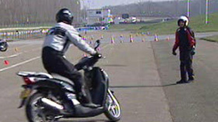 Apprentissage de la conduite en scooter (archives) (France 2)