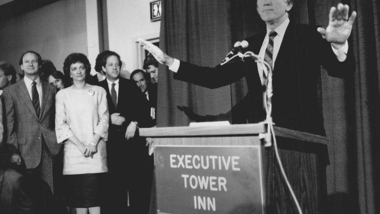 Gary Hart et sa femme (en blanc), se retirant de la course à la présidentielle, le 9 mai 1987. (DAVE BURESH / DENVER POST)