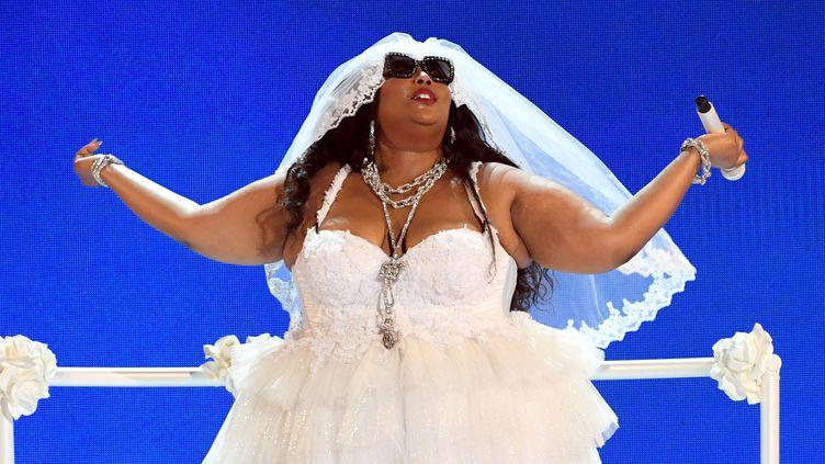 "En robe de mariée, Lizzo a interprété son tube ""Truth Hurts"" aux BET Awards 2019. (KEVIN WINTER / GETTY IMAGES NORTH AMERICA)"