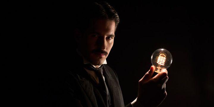 """Sergei Phippenko dans le rôle de Nikola Tesla dans """"Tesla, ses confidences électriques""""  (Wisemotion)"""