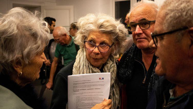 Un premier débat se tient à Saint-Briac-sur-Mer en Ille-et-Vilaine, jeudi 17 Janvier. (MARTIN BERTRAND / HANS LUCAS / AFP)