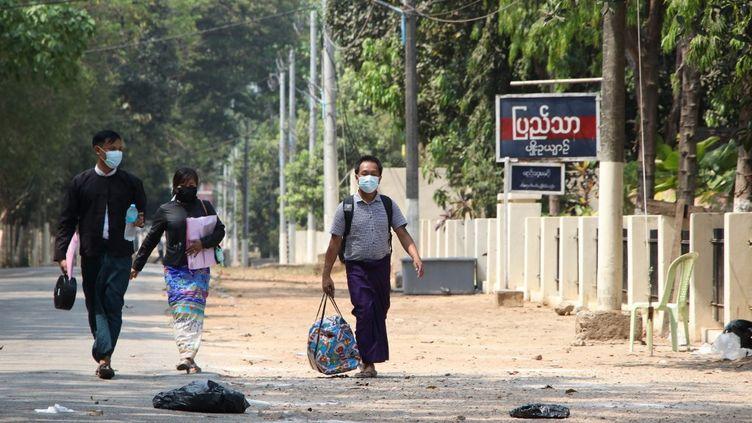Le photographe de l'agence AP, Thein Zaw, quitte la prison d'Insein, le 24 mars 2021 à Rangoun (Birmanie). (ANADOLU AGENCY / AFP)