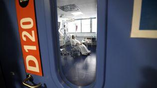 Un patient malade du Covid-19 hospitalisé en soins intensifs à Strasbourg, le 22 octobre 2020. (FREDERICK FLORIN / AFP)