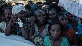Des réfugiés éthiopiens attendent une distribution de nourriture dans le camp d'Oum Raquba au Soudan, le 1er décembre 2020. (YASUYOSHI CHIBA / AFP)