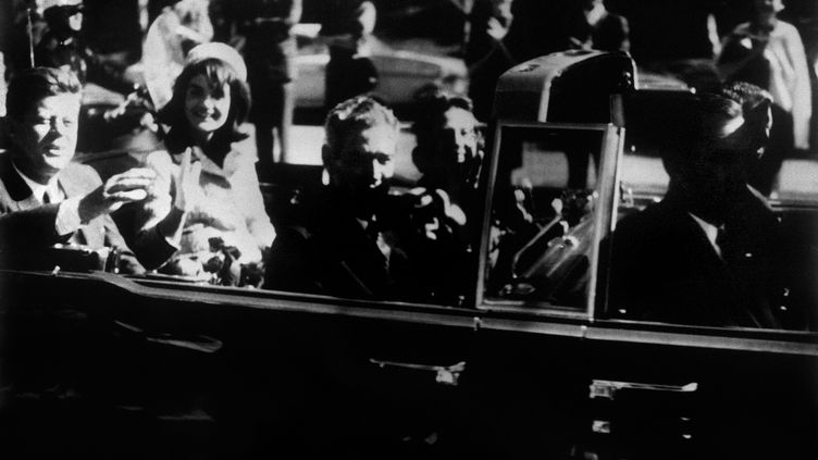 John Fitzgerald Kennedy, accompagné de son épouse Jacqueline, quelques minutes avant son assassinat, à Dallas (Etats-Unis), le 22 novembre 1963. (UPI / AFP)