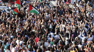 Une manifestation à Ramallah, en Cisjordanie le 26 juin 2021, après la mort de Nizar Banat, un activiste des droits de l'homme. (AHMAD GHARABLI / AFP)