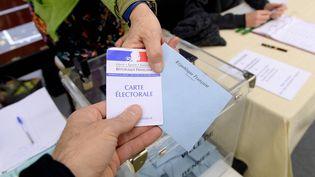 Francetv info vous propose de comparer les promesses des candidats avant le deuxième tour.  (MAXPPP)