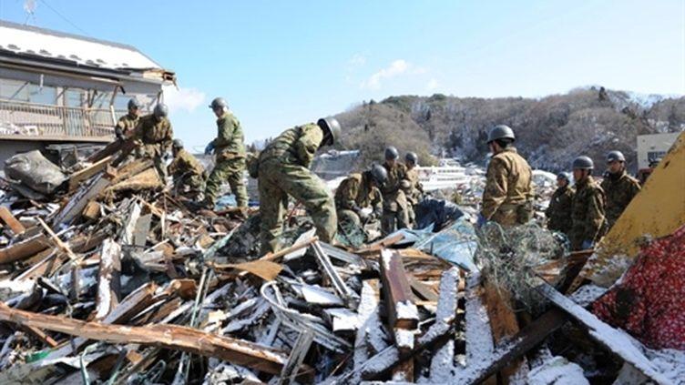 Secouristes dans la neige, près de Miyako, région dévastée par le séisme (17 mars 2011 (AFP/ROSLAN RAHMAN)