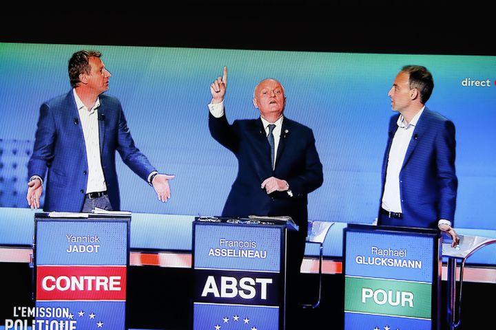 Yannick Jadot, François Asselineau etRaphaël Glucksmann lors du débat TV de France 2 consacré aux européennes, le 4 avril 2019. (LAURE BOYER / HANS LUCAS / AFP)