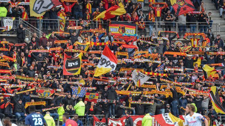 Des supporters de Lens lors d'un match contre Paris, le 3 mars 2019 à Paris. (STEPHANE VALADE / AFP)