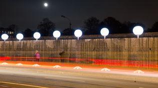 Des ballons matérialisent le tracé du mur de Berlin (Allemagne), le 7 novembre 2014. (JÖRG CARSTENSEN / DPA / AFP)