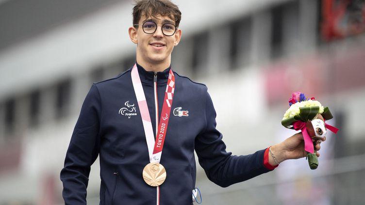 Alexandre Léauté, médaillé de bronze lors de l'épreuve sur route des Jeux paralympiques de Tokyo en catégorie C1-3. (CHARLY TRIBALLEAU / AFP)
