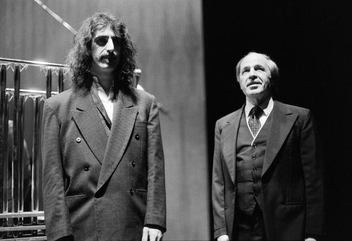 Frank Zappa avec Pierre Boulez qui vient de diriger trois de ses oeuvres au théâtre de la ville, à Paris le 9 janvier 1984  (JOEL ROBINE / AFP)