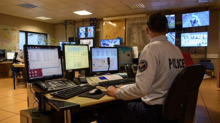 Un policier du commissariat de Montpellier (Hérault), le 29 novembre 2019. (ERIC BERACASSAT / HANS LUCAS / AFP)