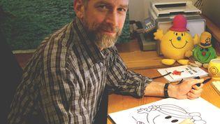 AdamHargreaves, le fils du créateur des Monsieur-Madame, dessinant un personnage, le 28 janvier 2021, à l'occasion des 50 ans du premier livre de la série (HANDOUT / MR. MEN LITTLE MISS, SANRIO)