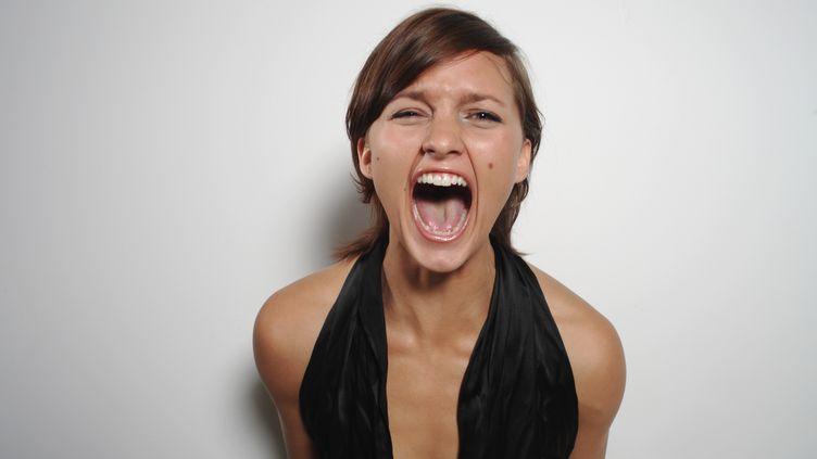 Savoir exprimer sa mauvaise humeur augmenterait l'espérance de vie, selon plusieurs chercheurs en psychologie. (FARHAD JAMES PARSA / GETTY IMAGES)