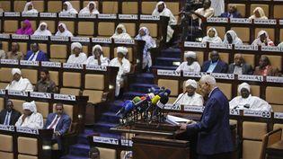 Le ministre soudanais de la Justice, Mohamed Ahmed Salem, s'est adressé au parlement de Khartoum, le 6 mars 2019, alors que les législateurs discutaient de l'état d'urgence imposé par le président pour apaiser les manifestations antigouvernementales. (ASHRAF SHAZLY / AFP)
