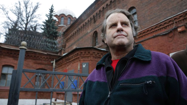 """Peter Willcox, capitaine de """"l'Arctic Sunrise"""", à sa sortie de prison à Saint-Pétersbourg (Russie), le 22 novembre 2013. (DMITRY LOVETSKY / AP / SIPA)"""