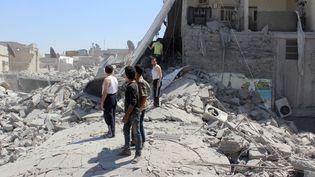 Des habitants fouillent les décombres après un raid des forces de Bachar Al-Assad sur un quartier d'Alep, le 21 juillet 2015, en Syrie. (BEHA EL HALEBI / ANADOLU AGENCY / AFP)