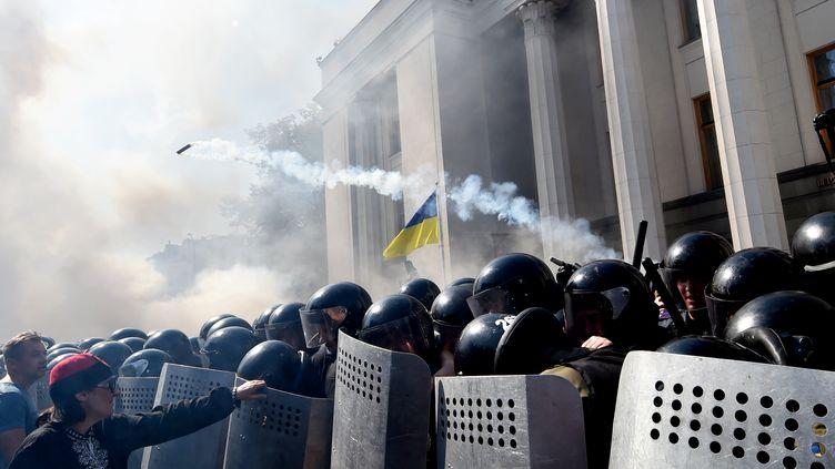 Devant le Parlement ukrainien, le 31 août 2015 à Kiev. (SERGEI SUPINSKY / AFP)