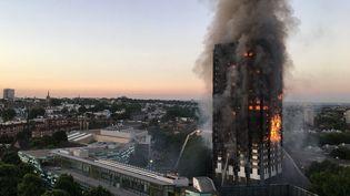La tour Grenfell en feu à Londres (Royaume-Uni),le 14 juin 2017. (NATALIE OXFORD / NATALIE OXFORD / AFP)