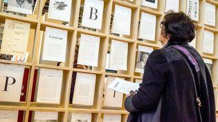 Une visiteuse du Salon du livre 2017. (BRUNO LEVESQUE / MAXPPP)