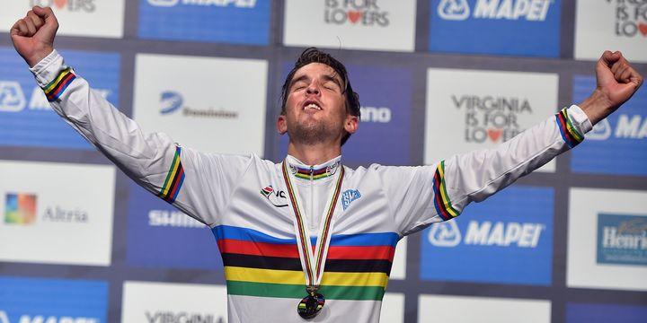 Kévin Ledanois, avec son maillot arc-en-ciel.