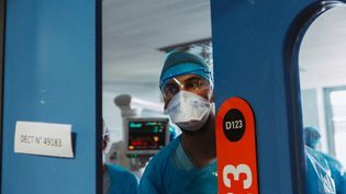 Un infirmier à l'hôpital de Strasbourg (Bas-Rhin), le 1er avril 2021. (ABDESSLAM MIRDASS / HANS LUCAS / AFP)