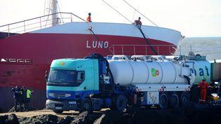 """Des ouvriers s'affairent autour du """"Luno"""", le cargo échoué à Anglet (Pyrénées-Atlantiques), vendredi 7 février? (GAIZKA IROZ / AFP)"""