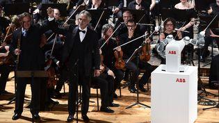 Andrea Bocelli et le robot YuMi (12 septembre 2017)  (Miguel Medina / AFP)