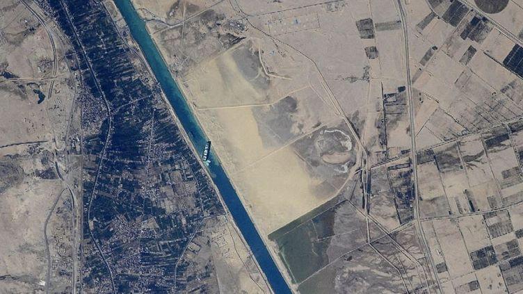 """Une image de l'agence spaciale russe Roscosmos montre le cargo """"Ever Given"""", en mauvaise posture sur le canal de Suez (Egypte), le 23 mars 2021. (ROSCOSMOS / AFP)"""