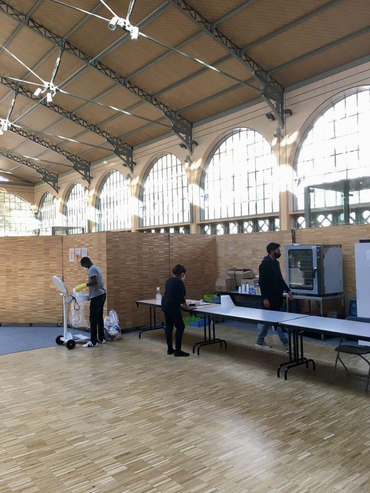 Personnel de l'association Aurore nettoyant la partie restauration après le déjeuner, à Paris, le 12 novembre 2020. (GUILLEMETTE JEANNOT / FRANCEINFO)